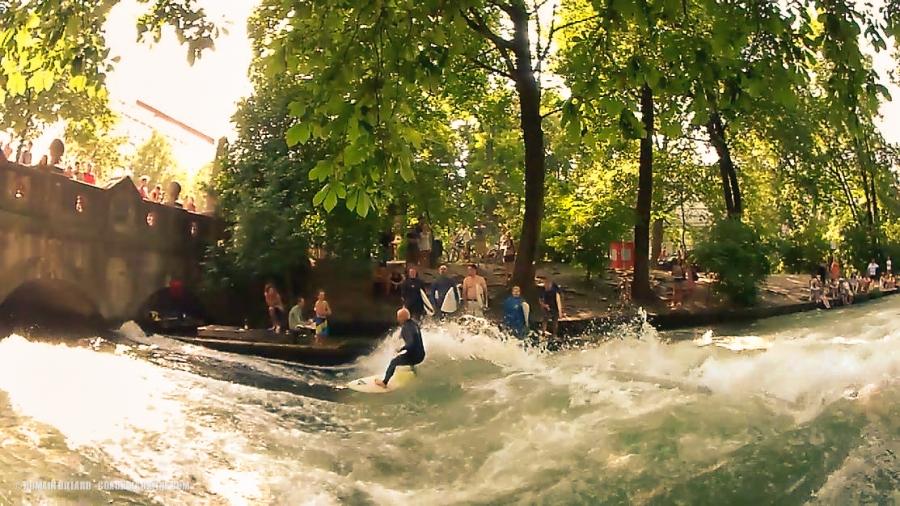 Juste derrière la waterline, les surfers s'en donnent à coeur joie sur une vague permanente !